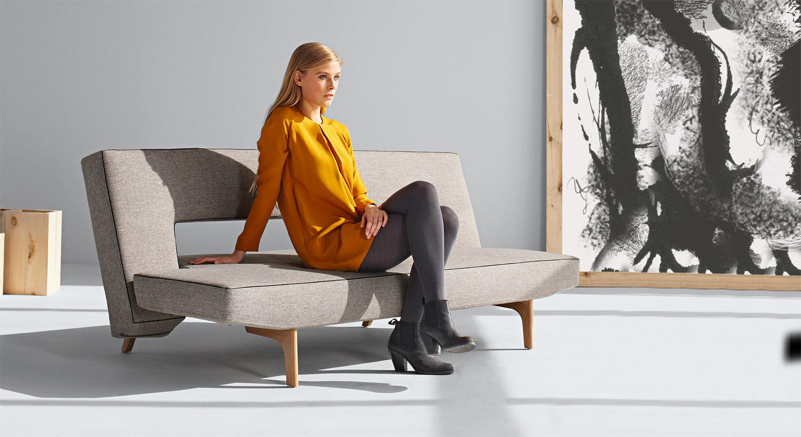 Design-Schlafsofa Littlemore zum Ausklappen aus Stoff mit Holzfüßen