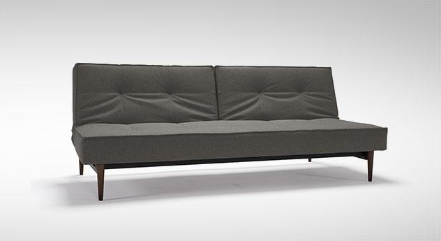 Schlafsofa Walton als Sofa in Grau mit gebeizten Füßen aus Ulme, dunkel.