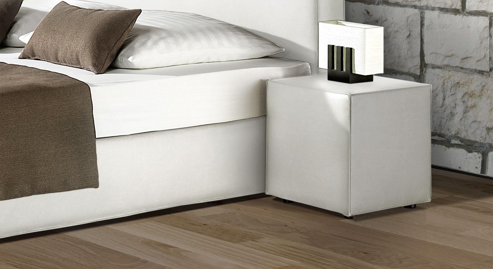 Schlichter Nachttisch Tolentino in weißem Kunstleder