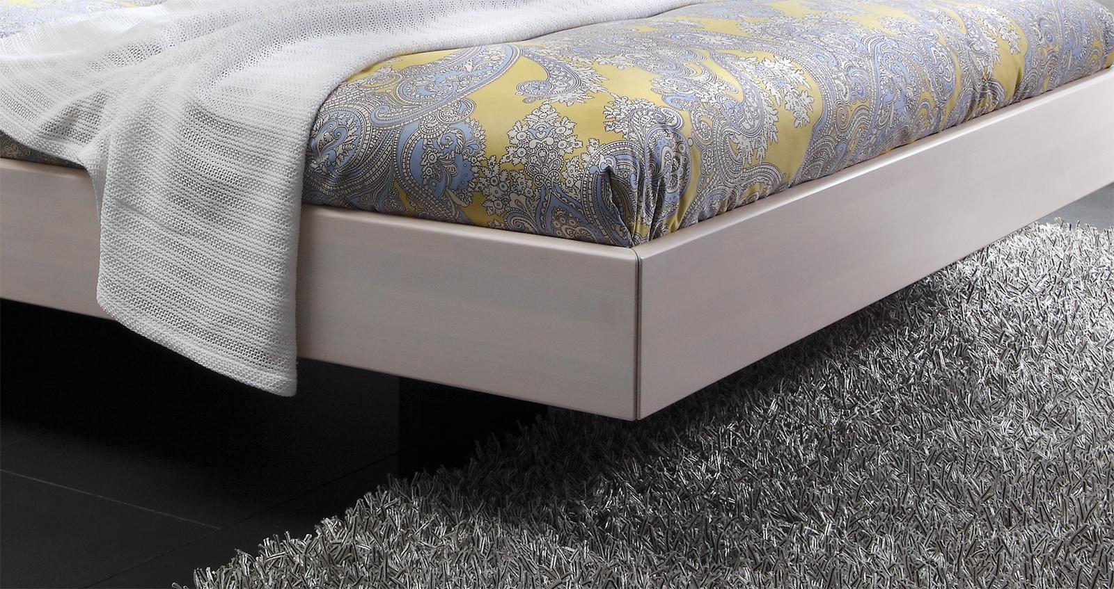 Schwebendes Doppelbett der Rahmen ist aus Massivholz