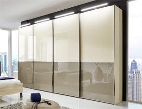 schlafzimmer in eiche dekor mit modischem farbigem glas banga. Black Bedroom Furniture Sets. Home Design Ideas