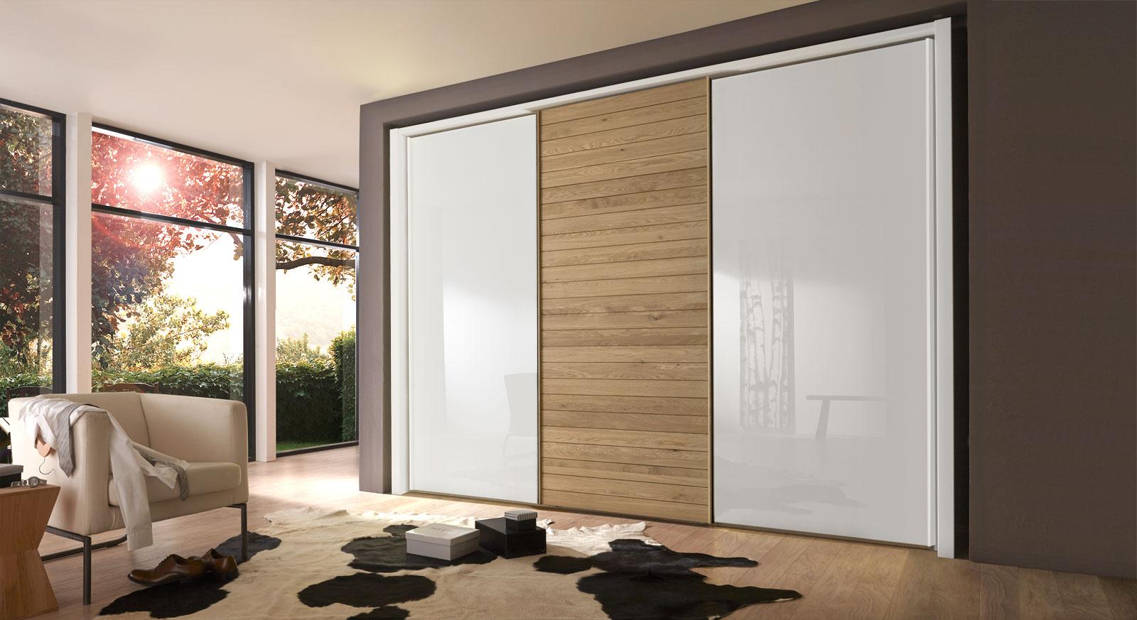 Schwebetürenschrank aus weißem Glas und Eiche Massivholz - Koga