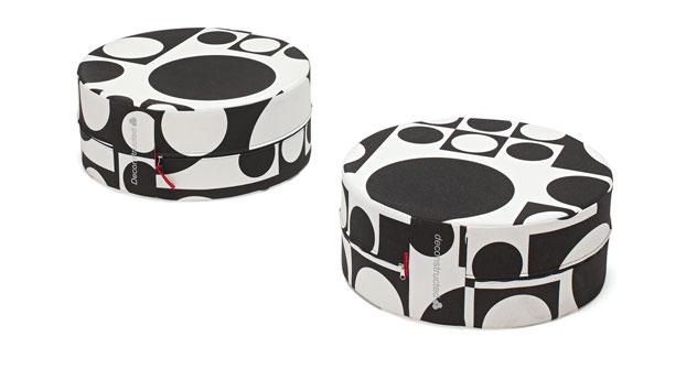 Sitzhocker in Webstoff in schwarz-weiß gemustert
