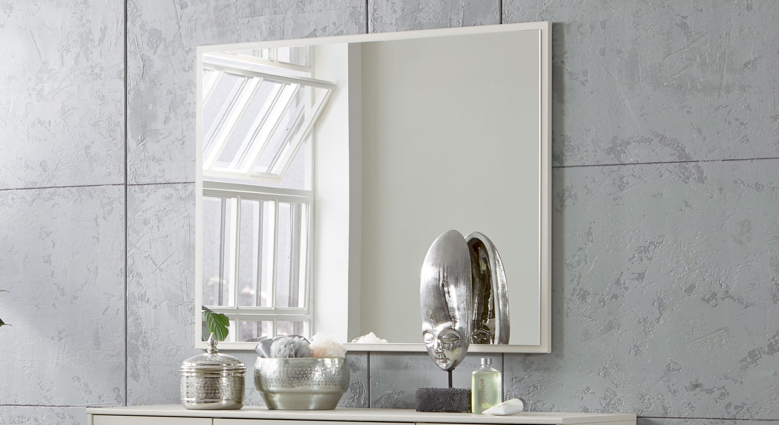 Wandspiegel Baria mit Spiegelglas auf einer Holzplatte