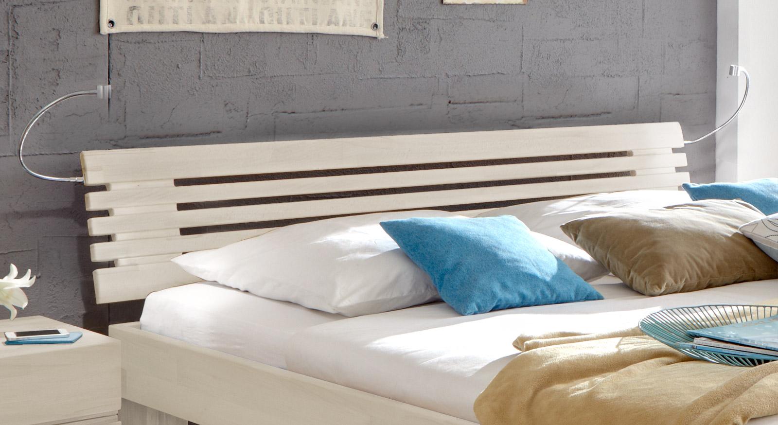 Massivholzbett White Romance mit hochwertigem Sprossen-Kopfteil.