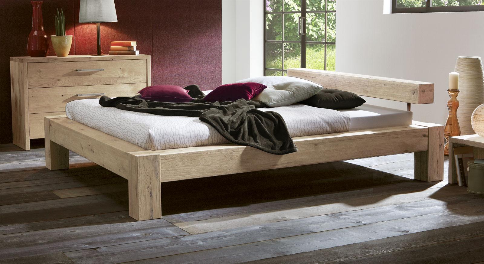 Wildeiche Bett Rustico mit 20cm Füßen in Weiß.