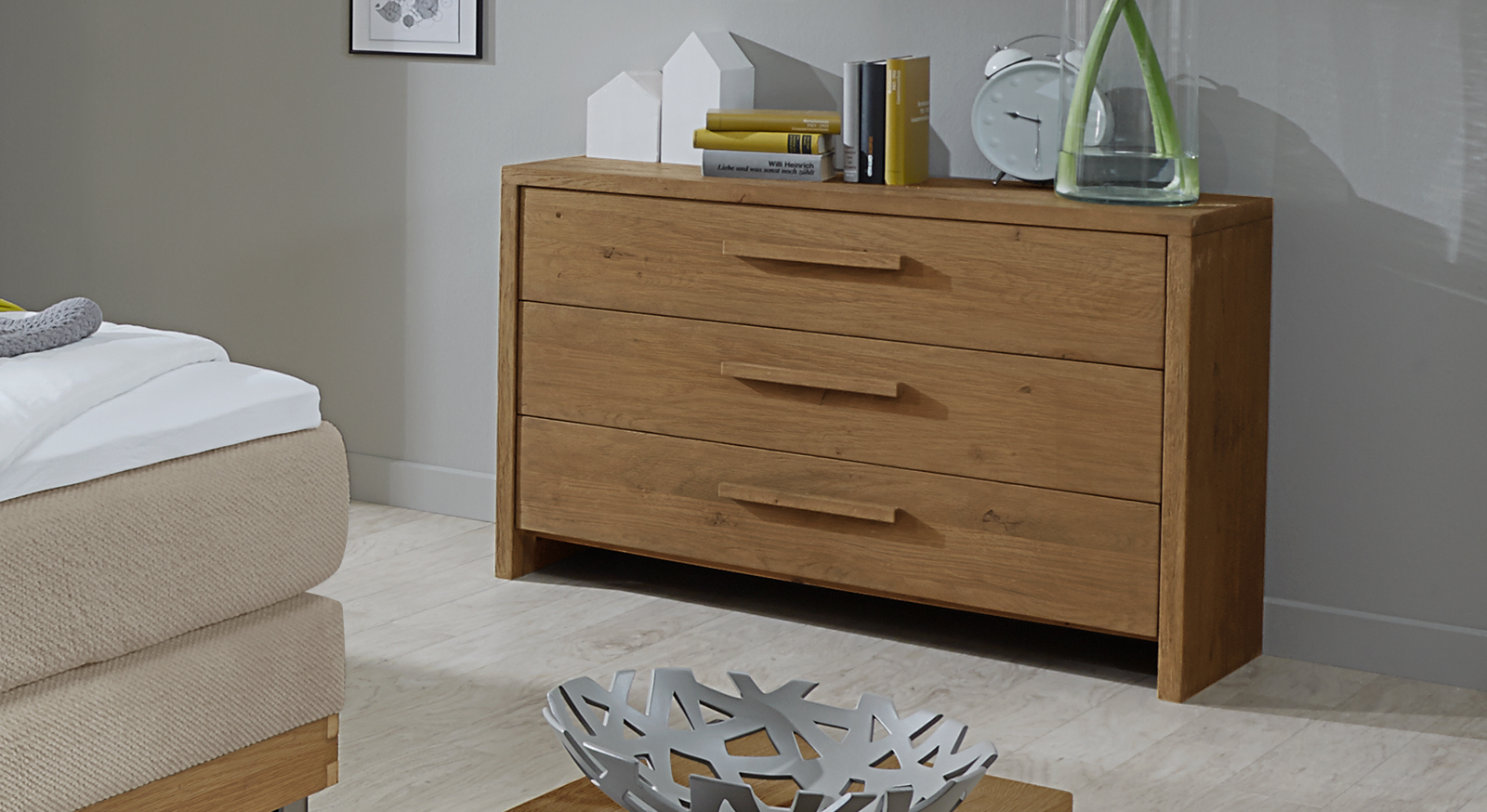kommode curada aus wildeichenholz mit drei schubladen. Black Bedroom Furniture Sets. Home Design Ideas
