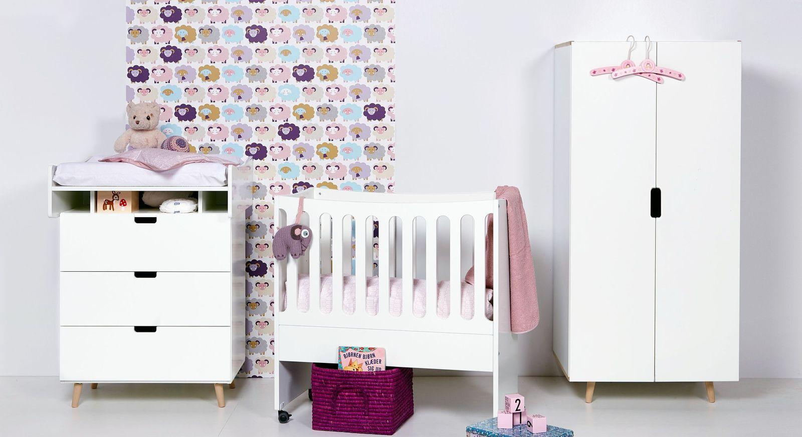 Angesagtes Babyzimmer Kids Town Retro mit weißen Möbeln