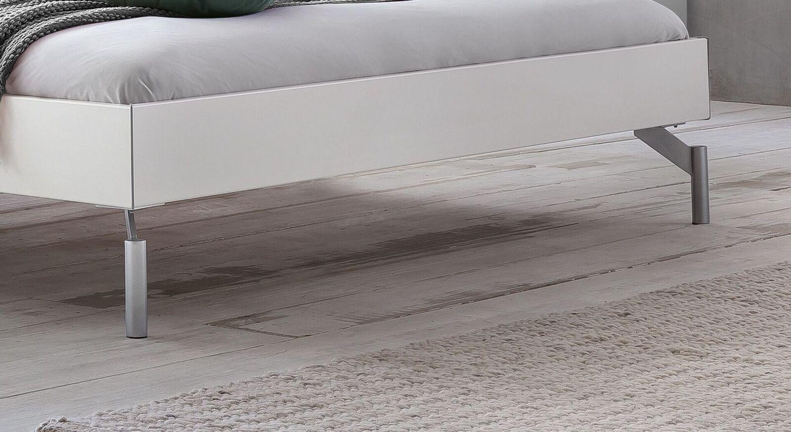 Bett Akuma mit extravaganten Metallfüßen
