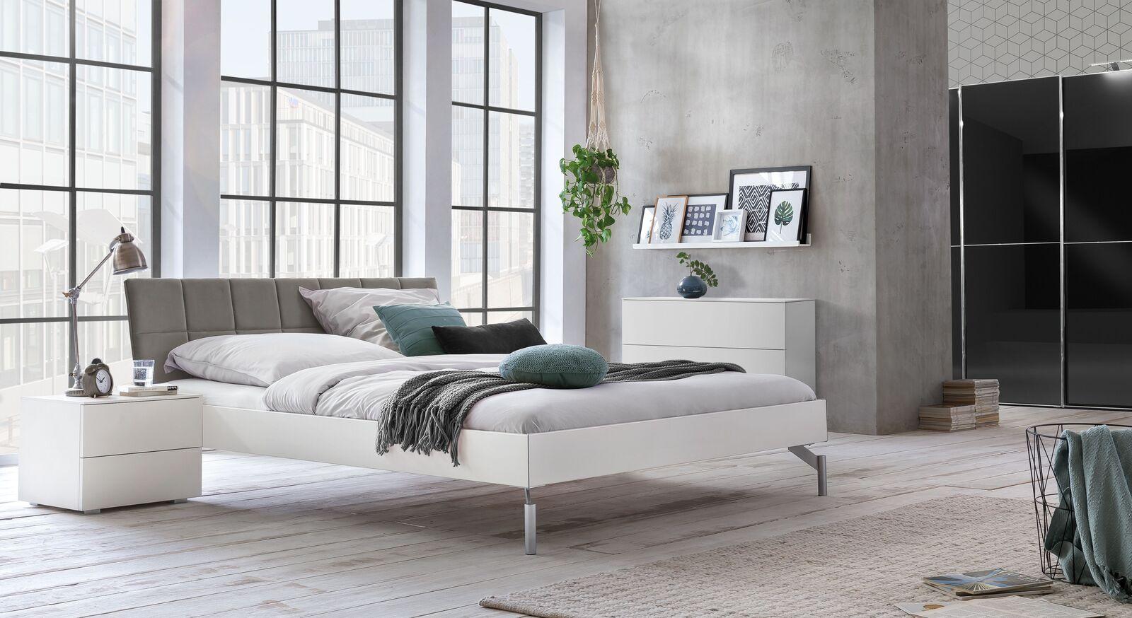 Bett Akuma mit passender Schlafzimmer-Ausstattung