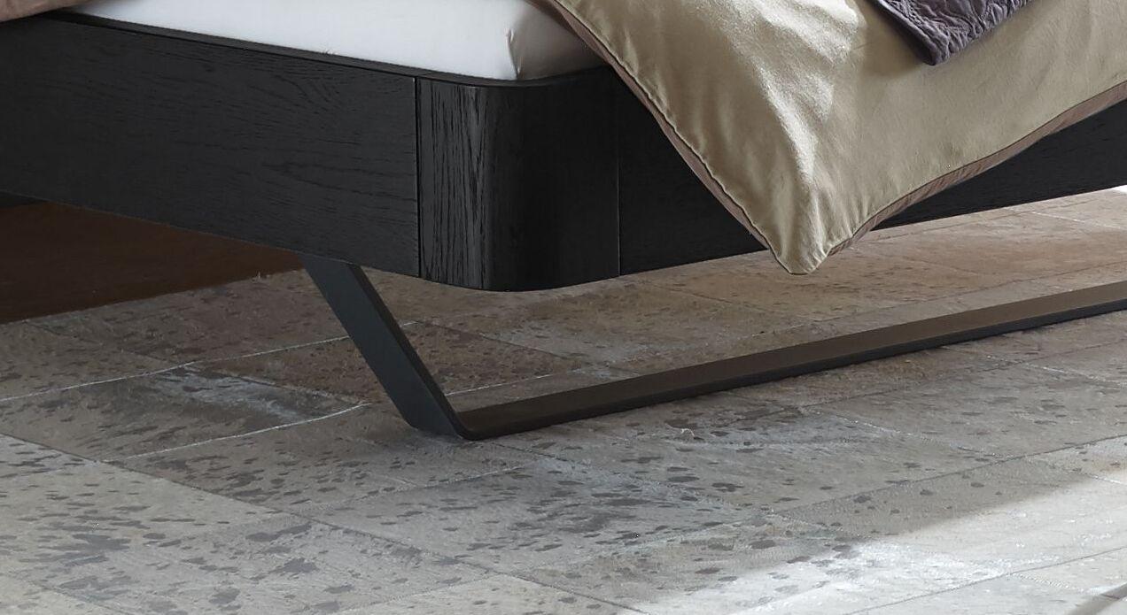 Bett Amagio mit anthrazitfarbenen Metallkufen