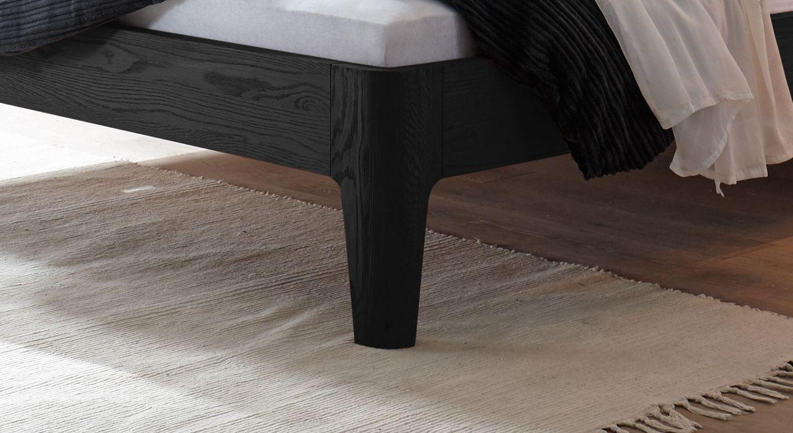 Bett Ambato mit konisch zulaufenden Bettbeinen