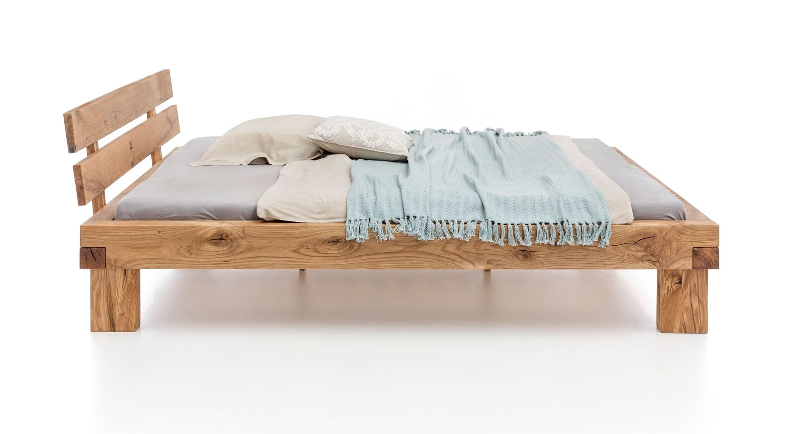 Bett Areska mit massiven Bettbeinen