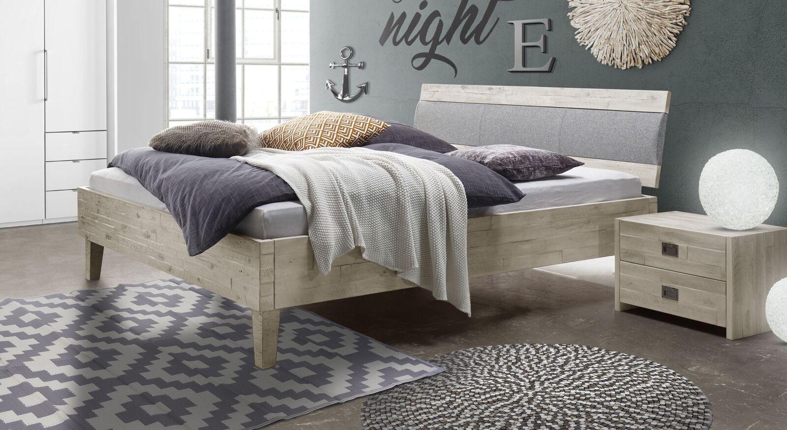 Bett Armevia aus rustikalem Echtholz