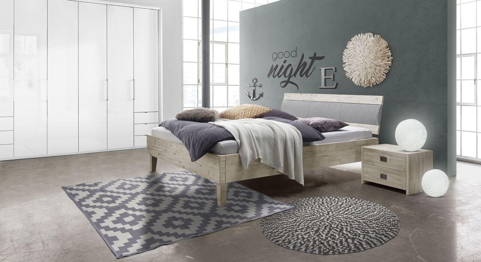 Modernes Bett Armevia aus Akazie-Massivholz