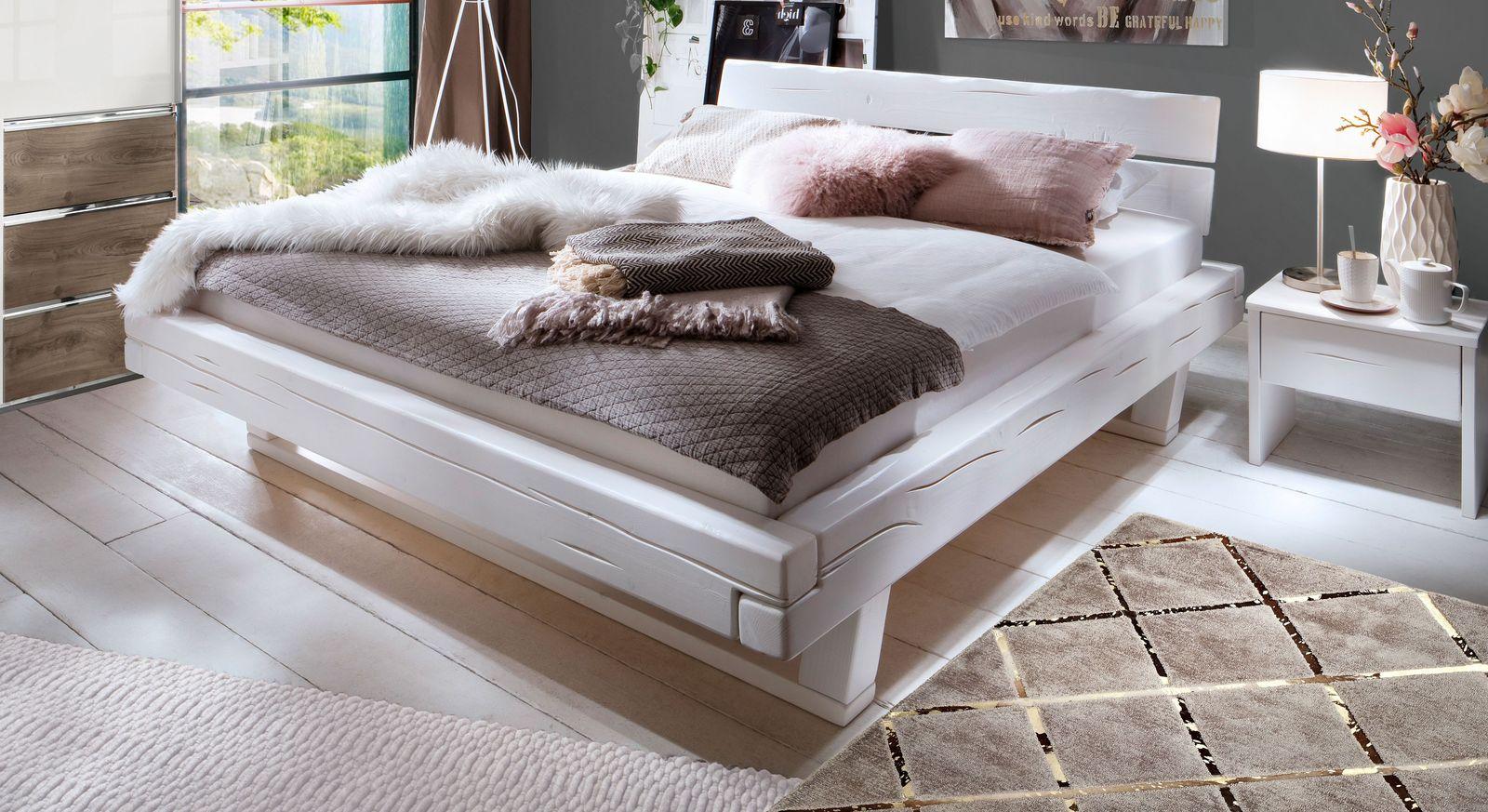 Bett Arnara aus weiß lackierter Fichte