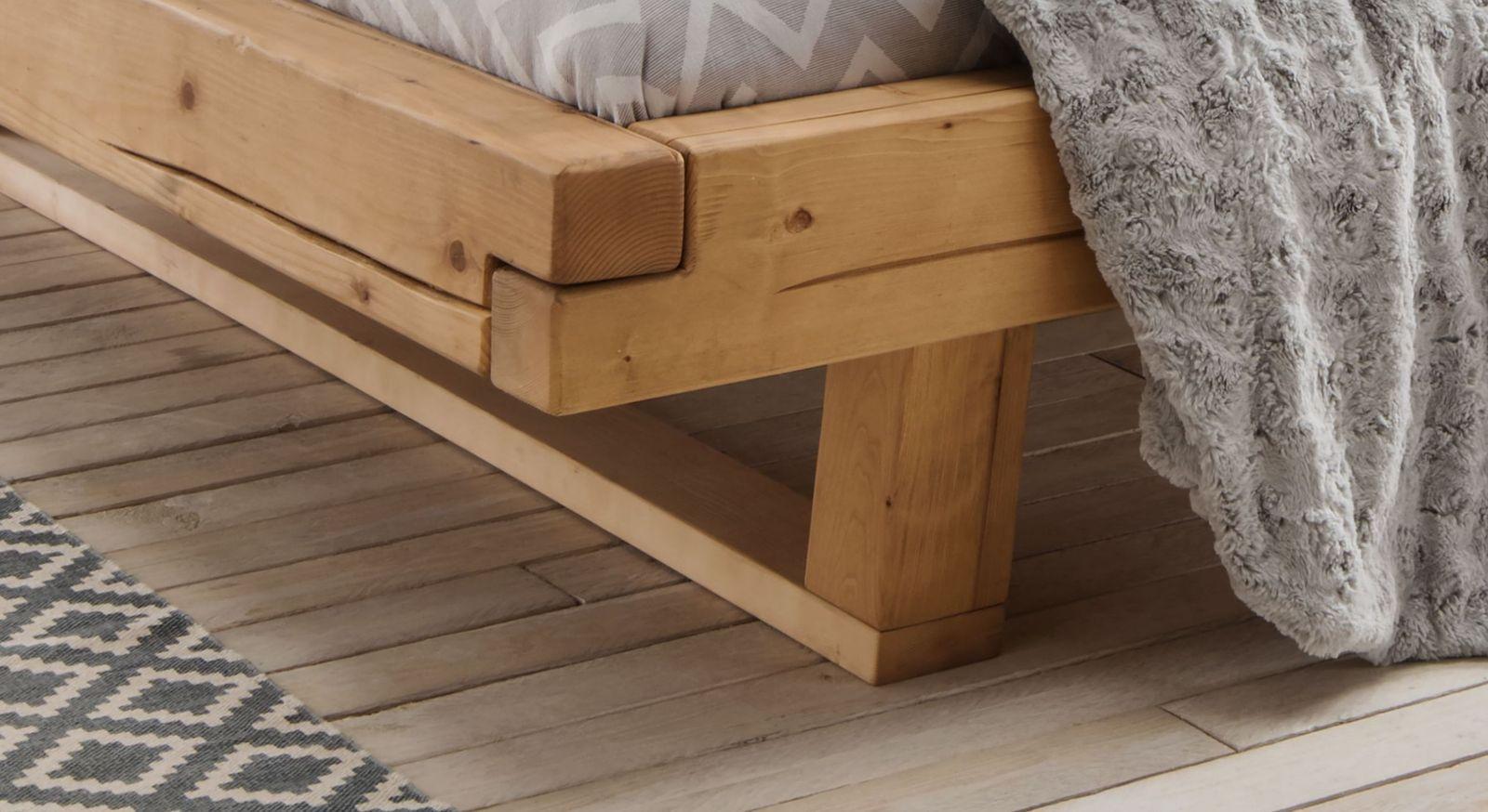 Bett Basiliano mit Bettbeinen aus Massivholz