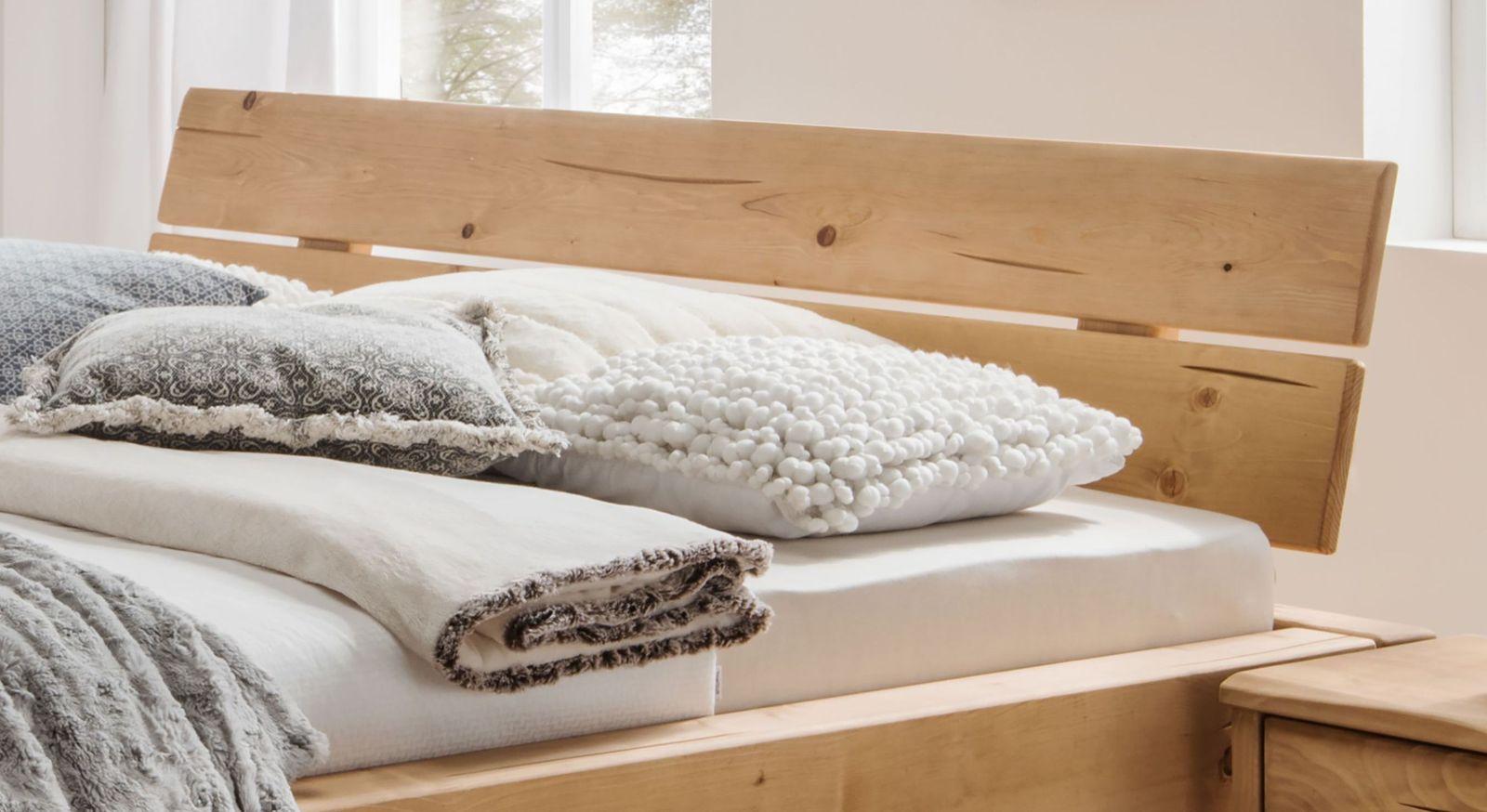 Bett Basiliano mit modernem zweigeteilten Kopfteil