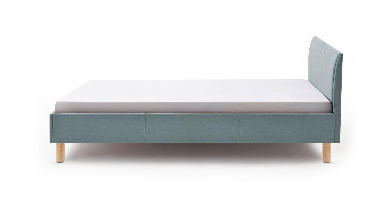 Bett Bela aus modernem eisblauen Webstoff