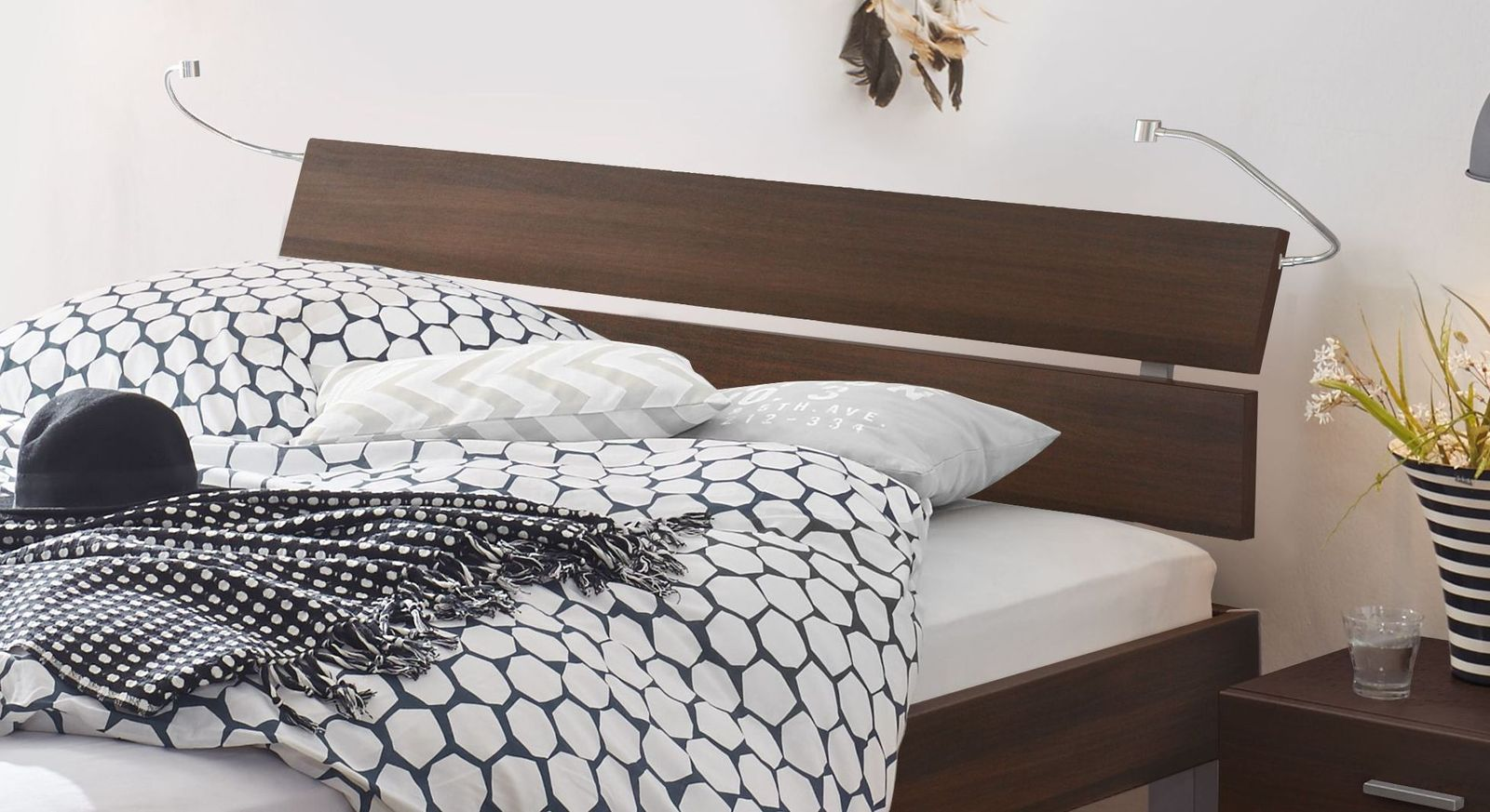 Bett Belluno mit zweigeteiltem Kopfteil