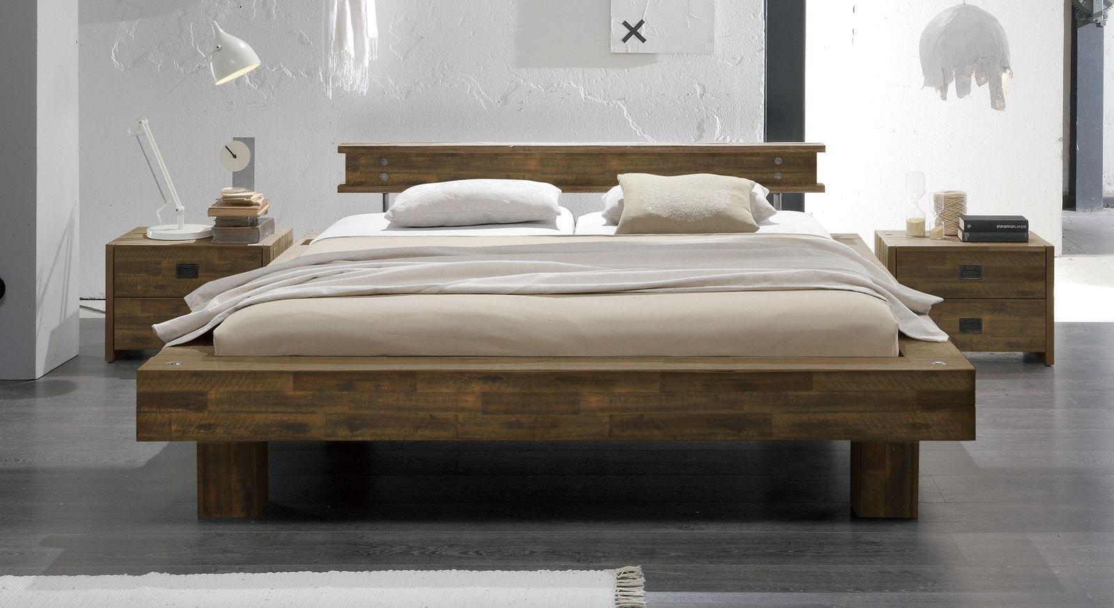Bett Buena in brauner Akazie mit 20 cm hohen Füßen