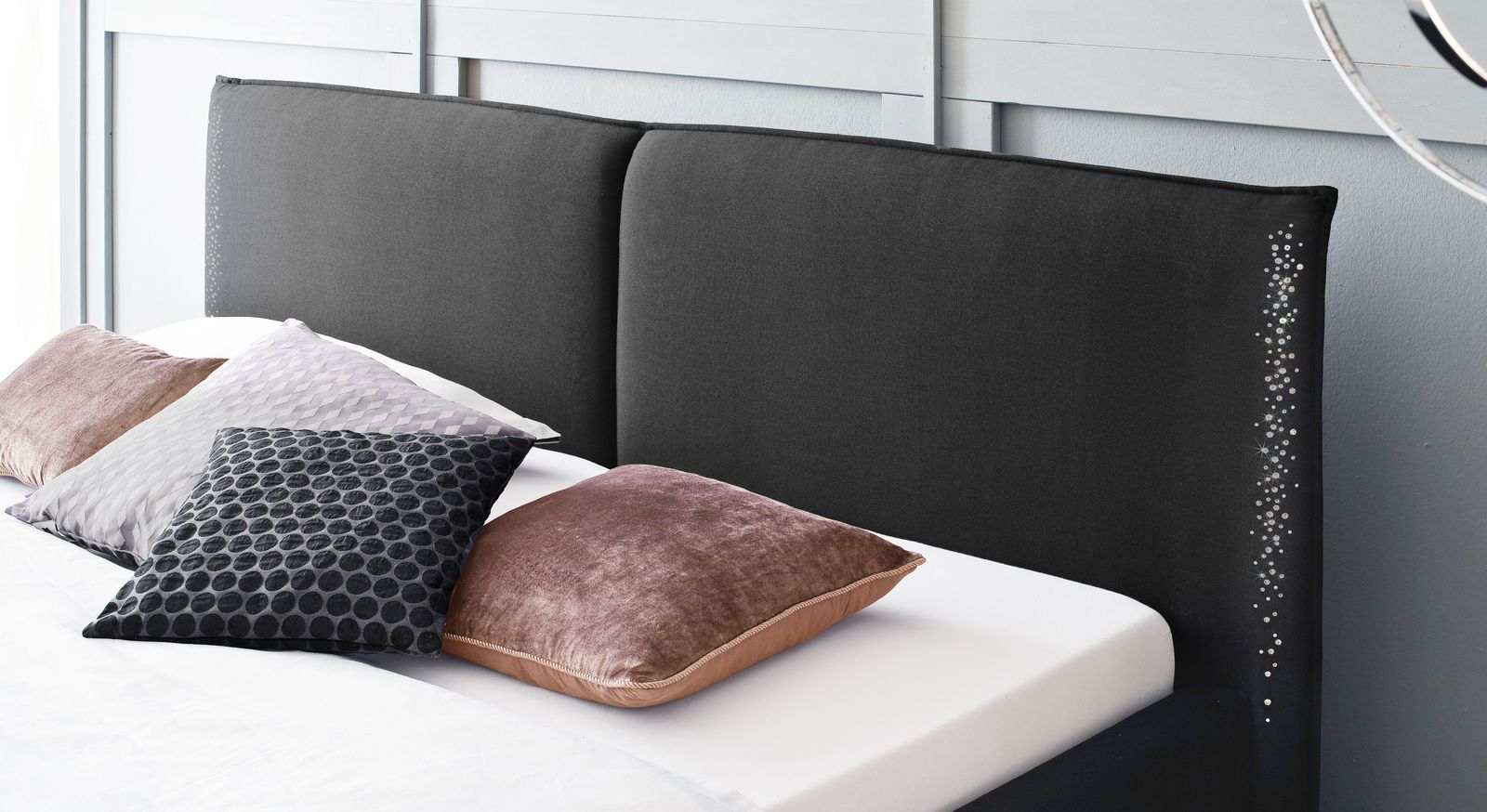 Bequemes Bett Capistello mit zweigeteiltem Kopfteil