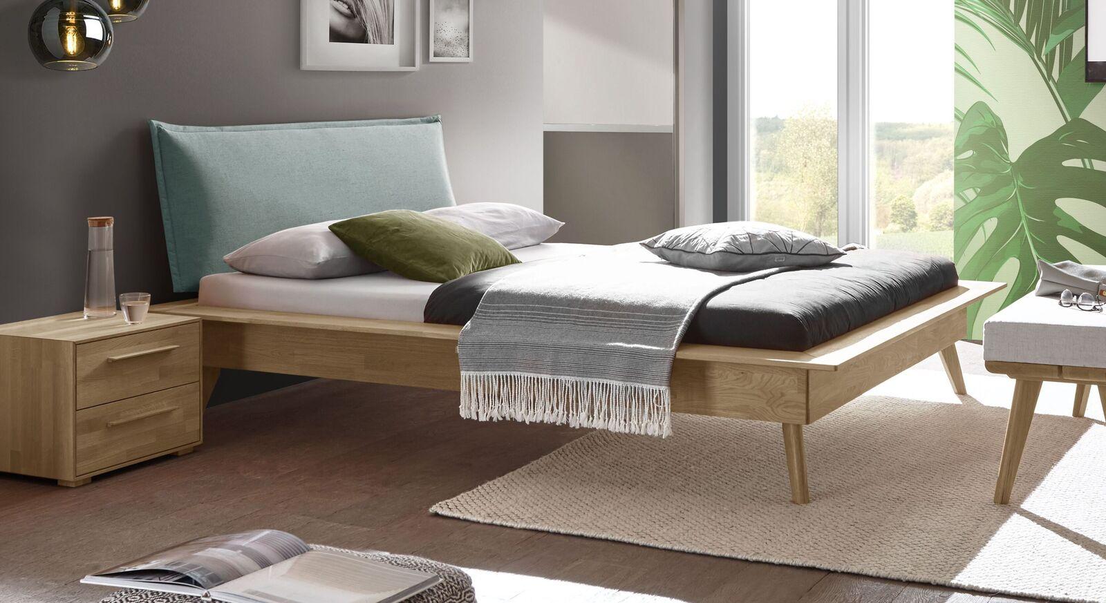 Modernes Bett Casevio mit lagunefarbenem Kopfteil