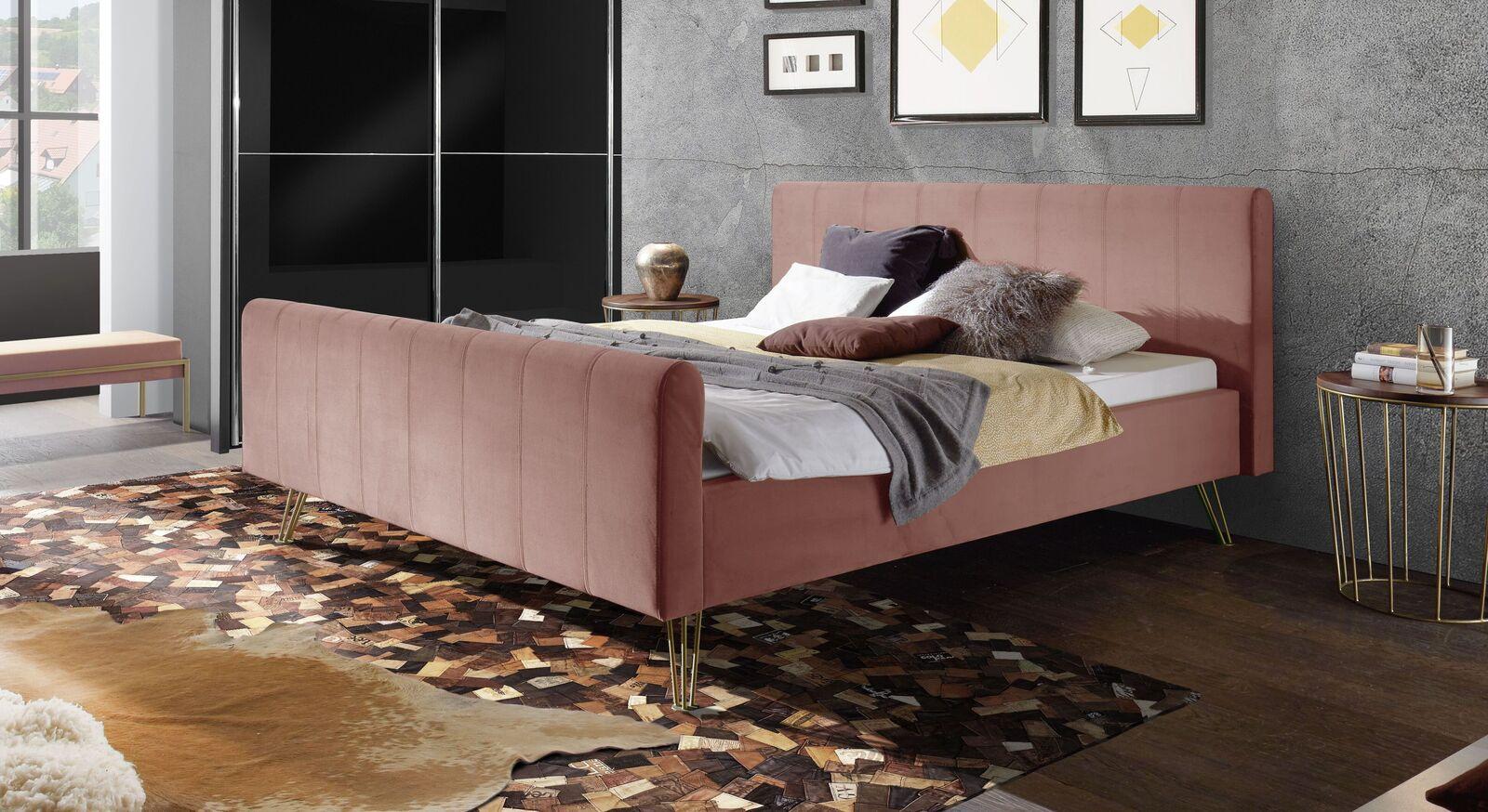Bett Celica mit blushfarbenem Samtbezug