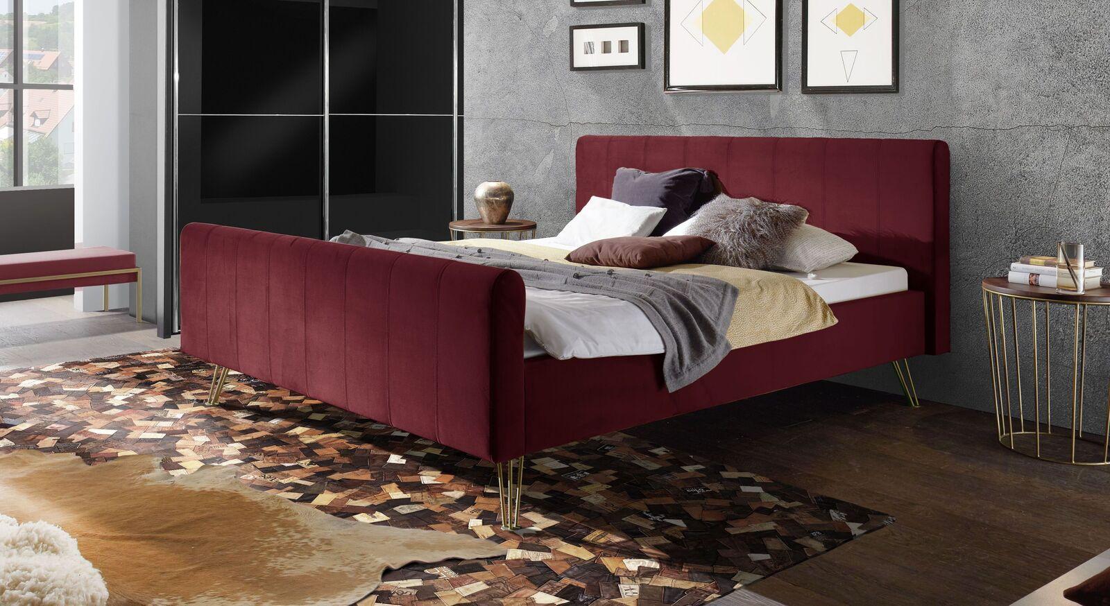 Bett Celica mit rubinfarbenem Samtbezug
