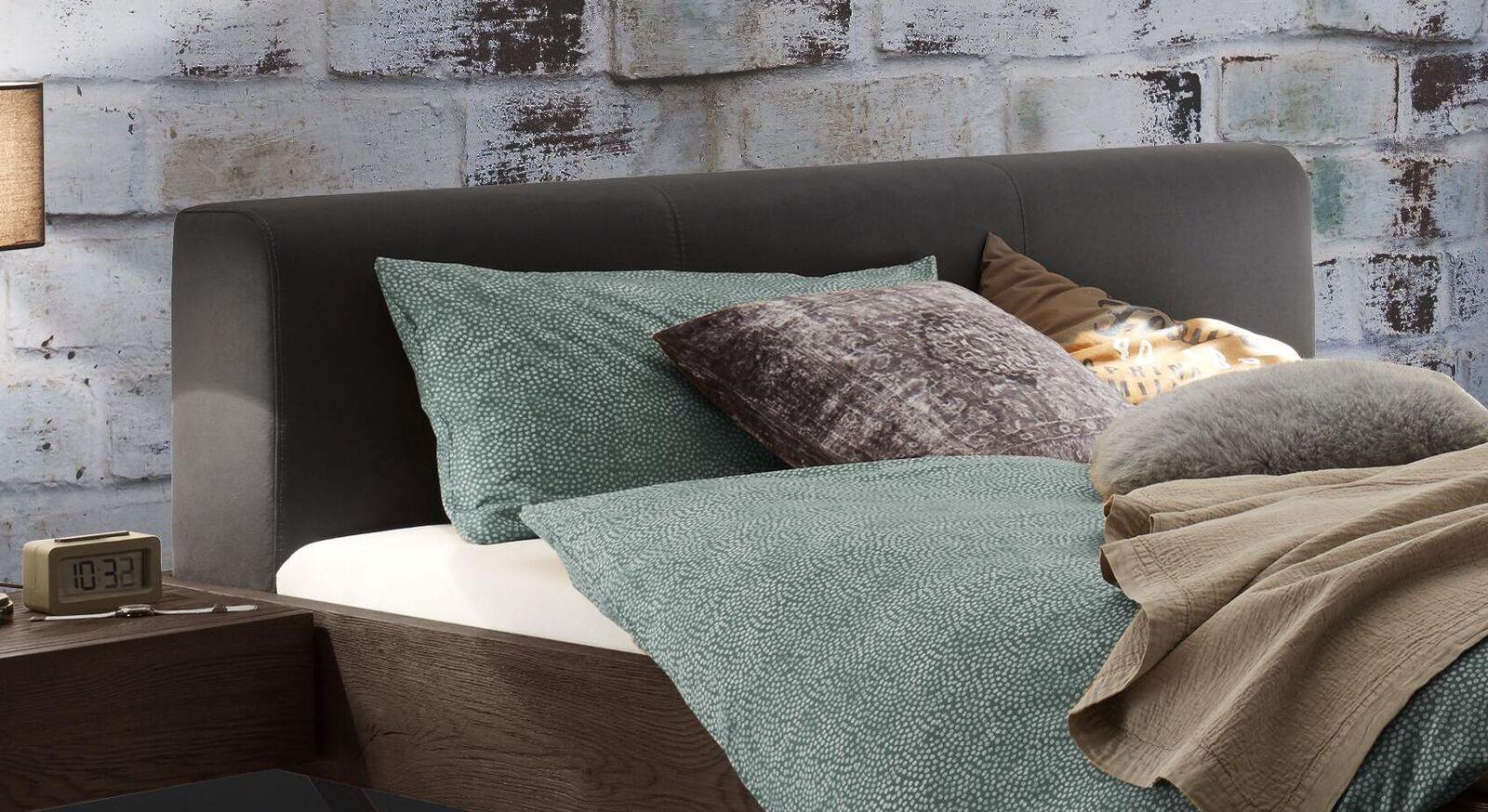 Bett Cenadro mit breitem Polsterkopfteil