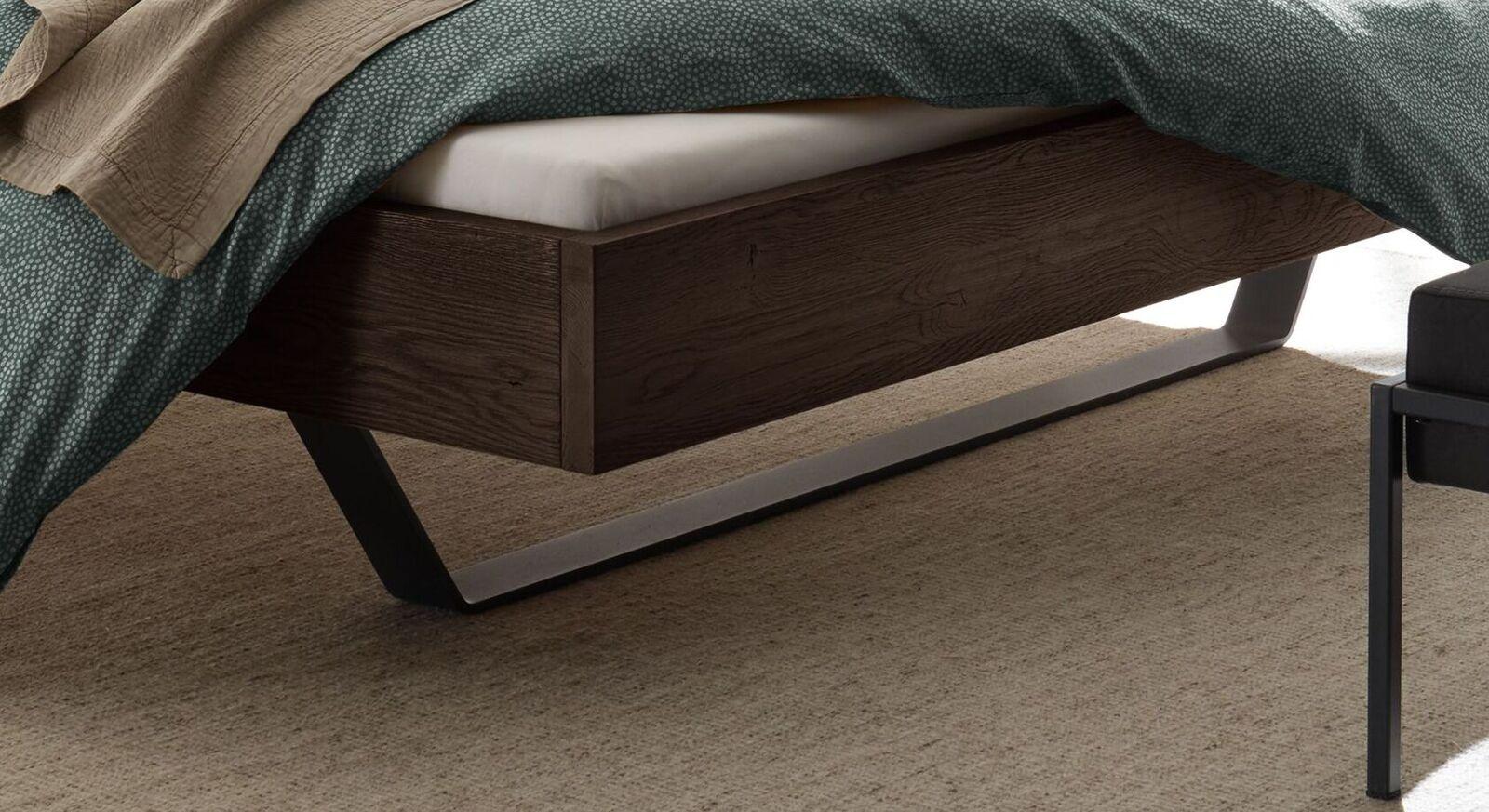 Bett Cenadro mit stylischen Metallkufen