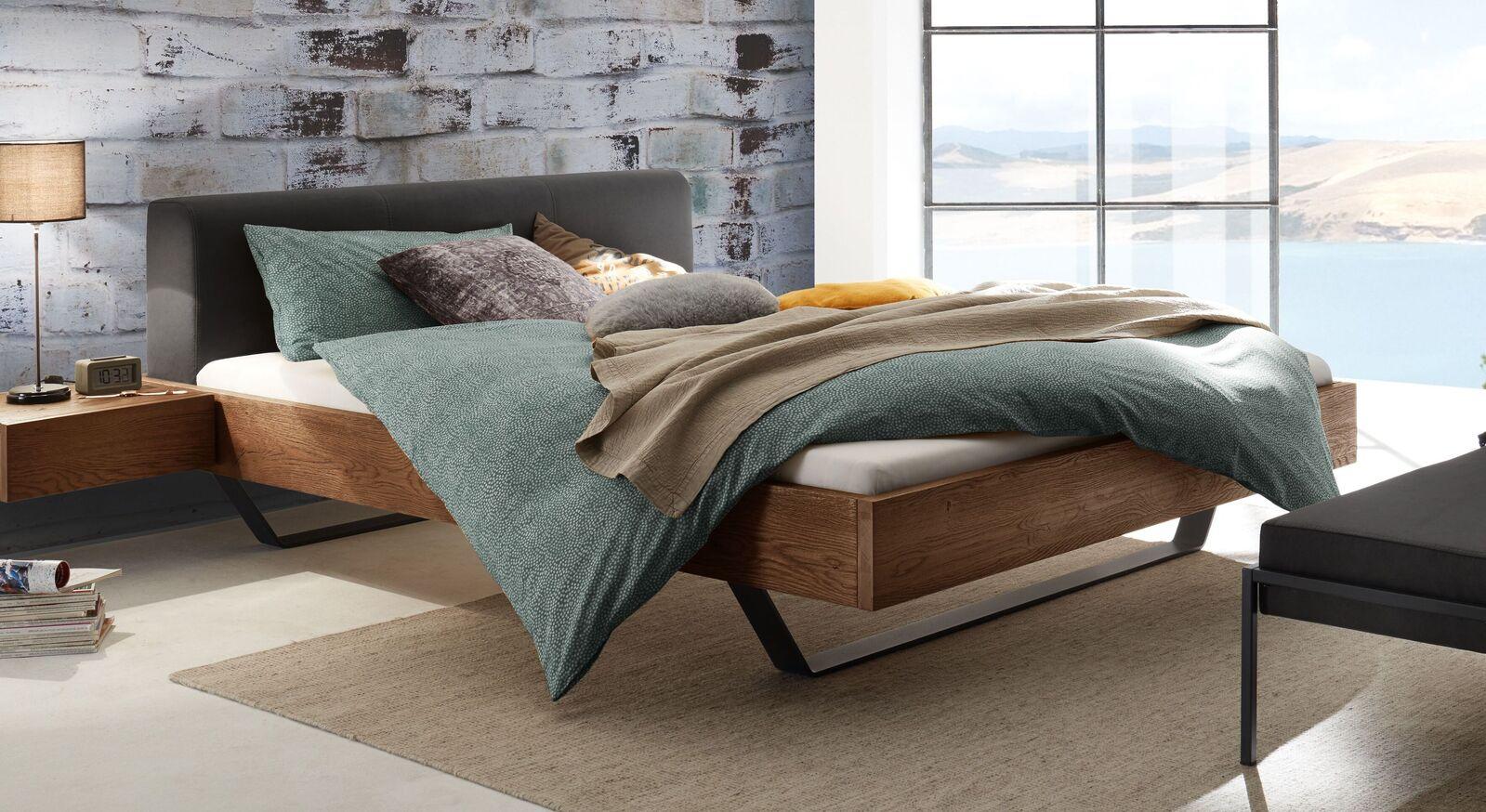 Bett Cenadro mit naturfarbenem Wildeichenbettrahmen