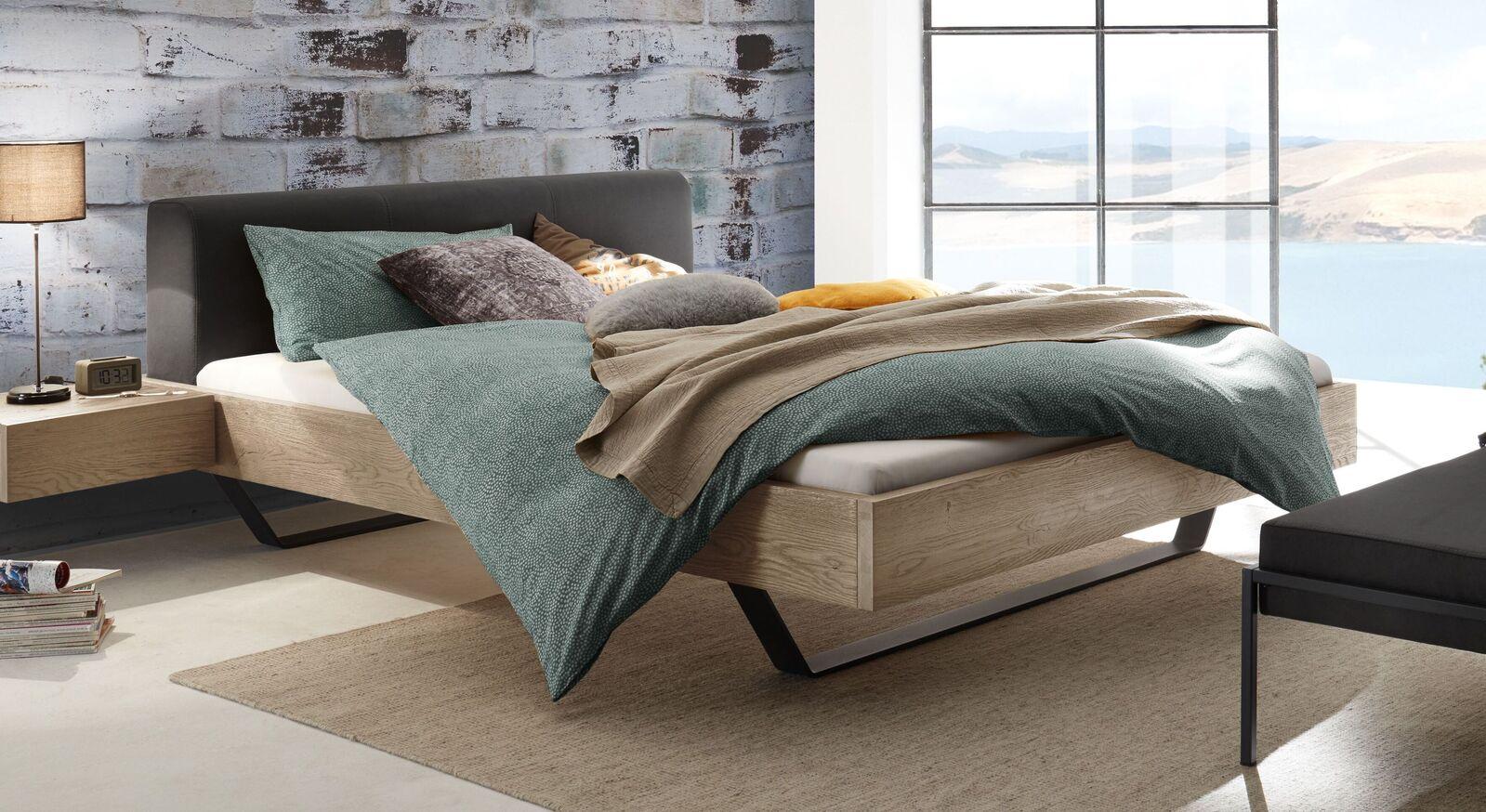 Bett Cenadro mit weißem Wildeichenholz-Bettrahmen