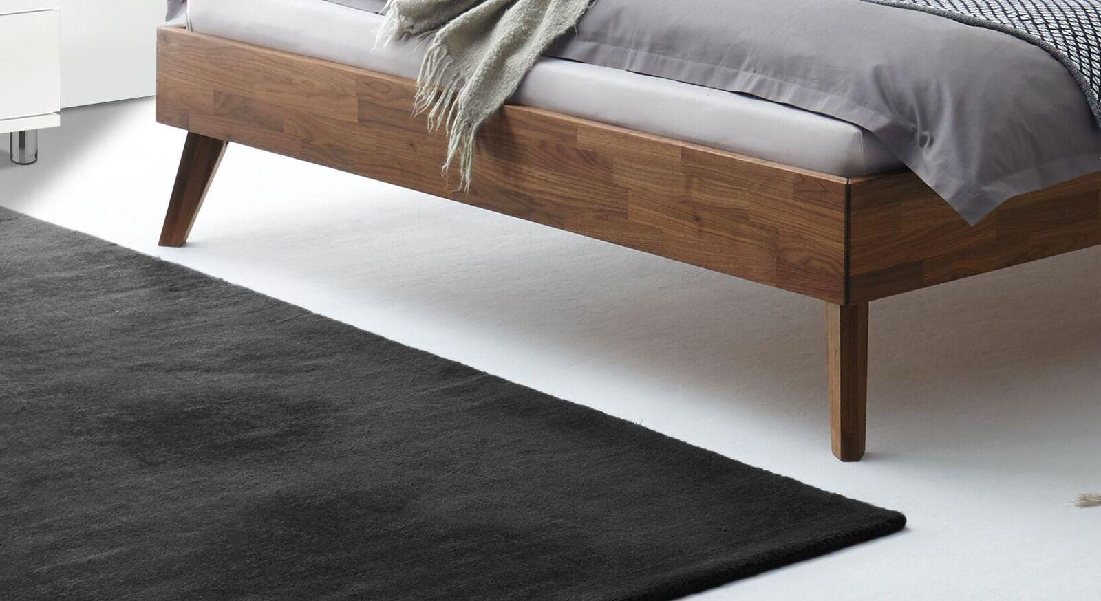 Bett Coraia mit ausgestellten Bettbeinen