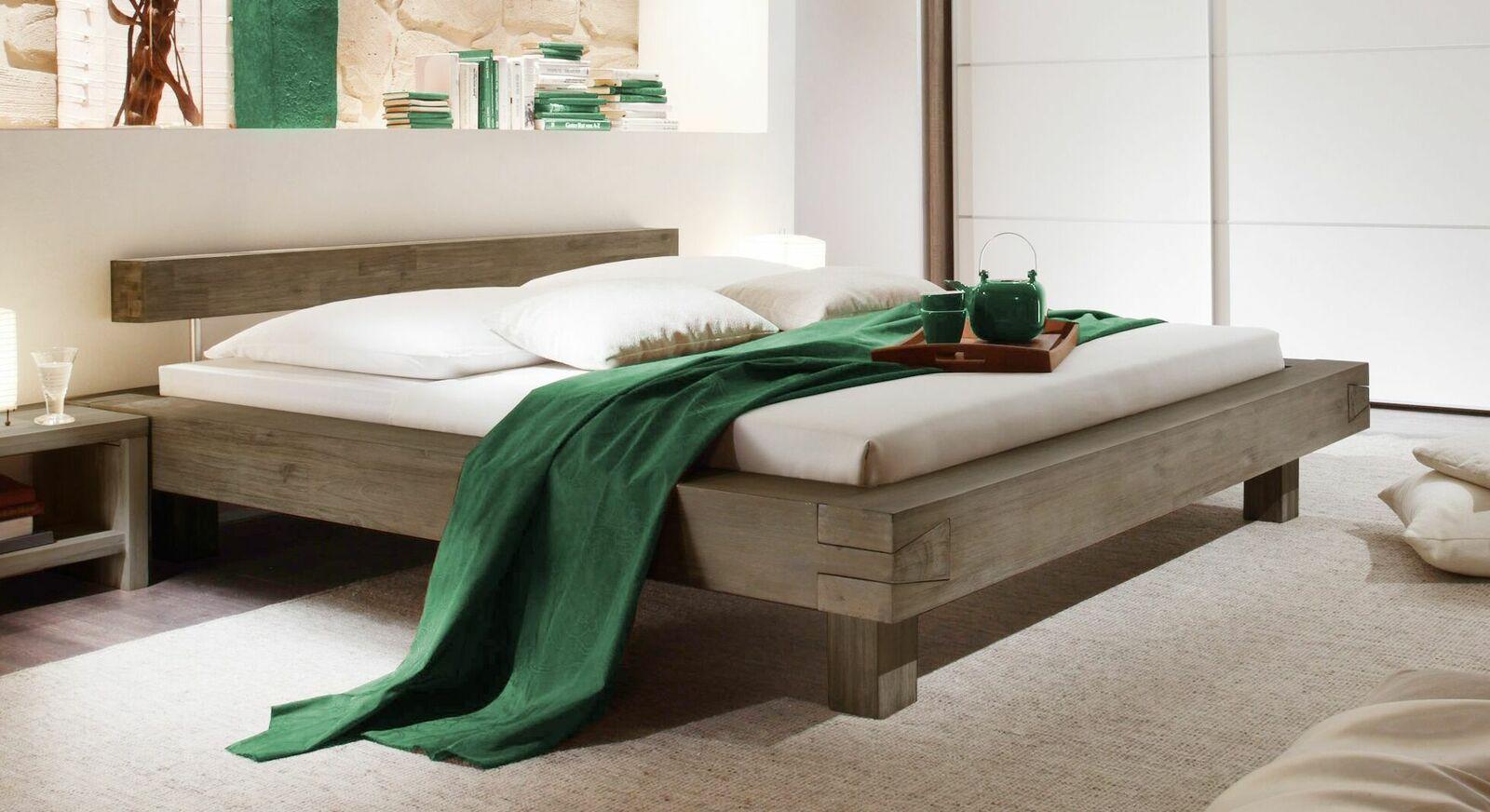 Bett Dinia aus gebürstetem Massivholz