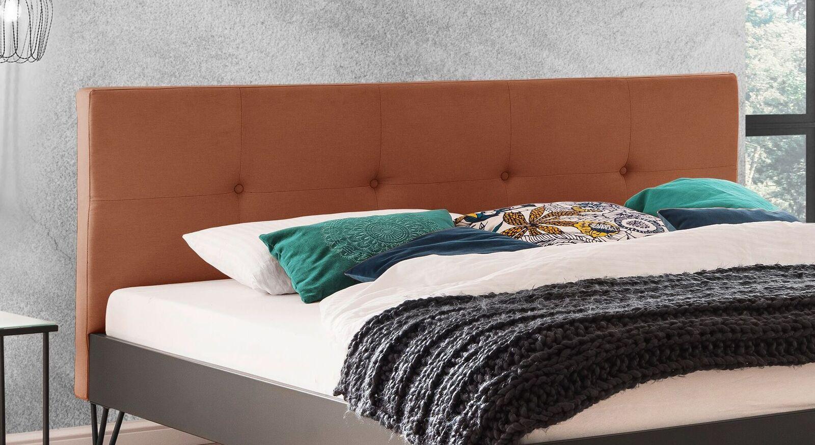 Bett Dobra mit Knopfheftung am Kopfteil