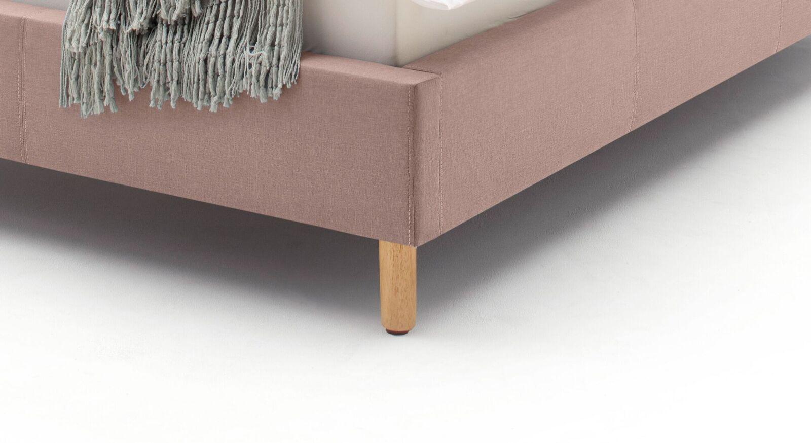 Bett Dorado mit zylindrischen Holzbettbeinen