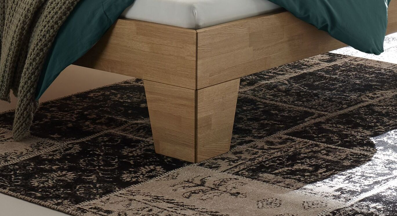 Bett Enos mit massiven Winkelfüßen