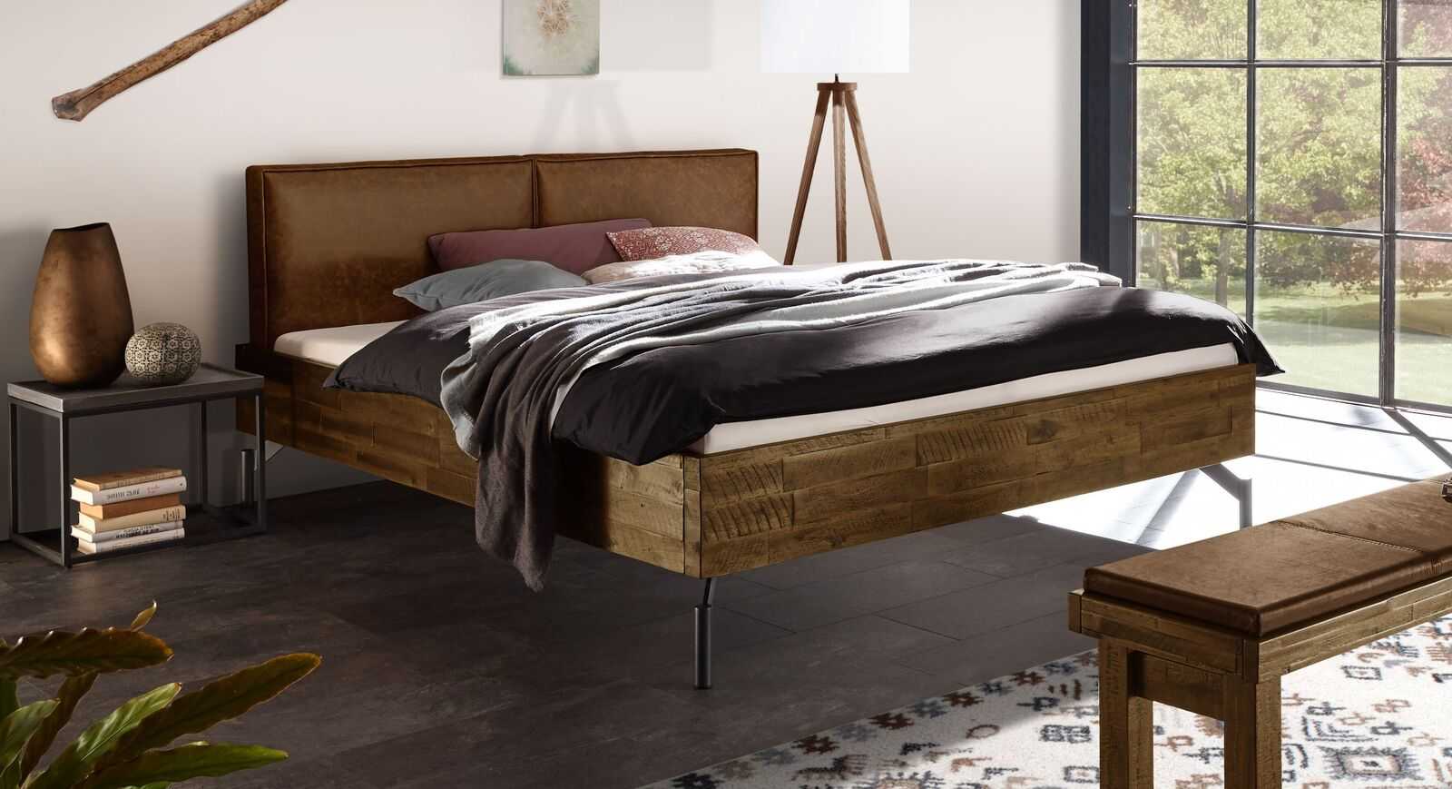 Braunes Bett Envigado mit ockerfarbenem Kopfteil