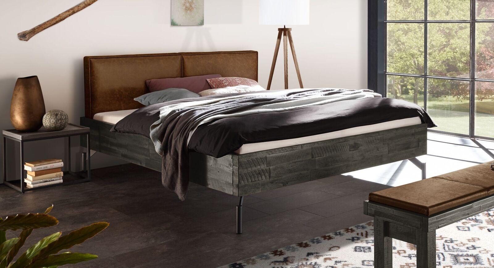 Graues Bett Envigado mit ockerfarbenem Kopfteil