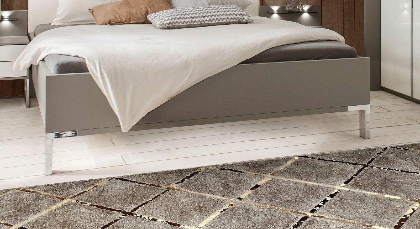 Bett Evansville mit eleganten Chromfüßen
