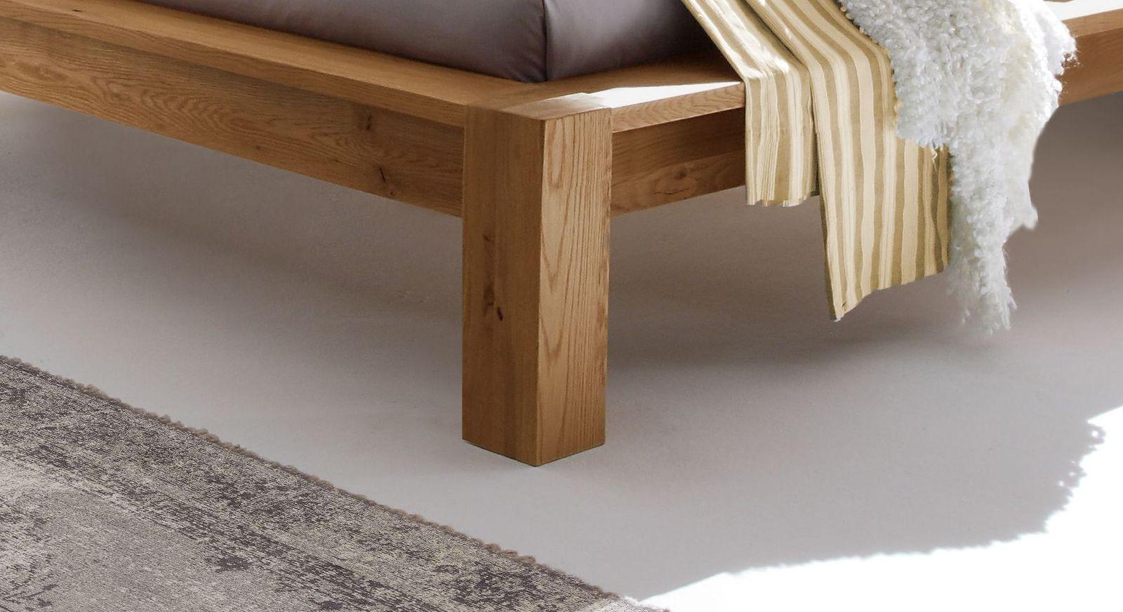 Bett Evora mit breiten Blockfüßen