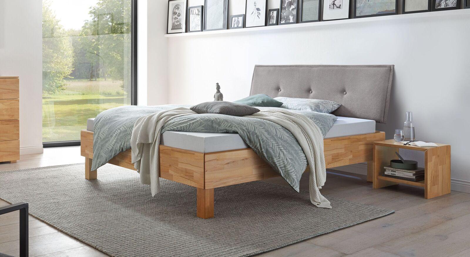 Bett Fenzlo in stilvollem Materialmix