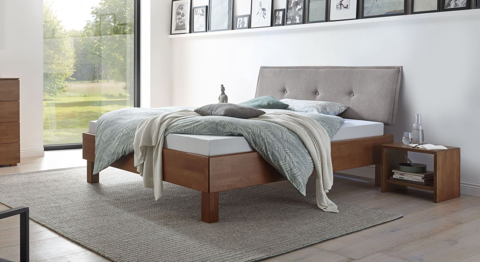 Massives Bett Fenzlo aus nussbaumfarbenem Holz