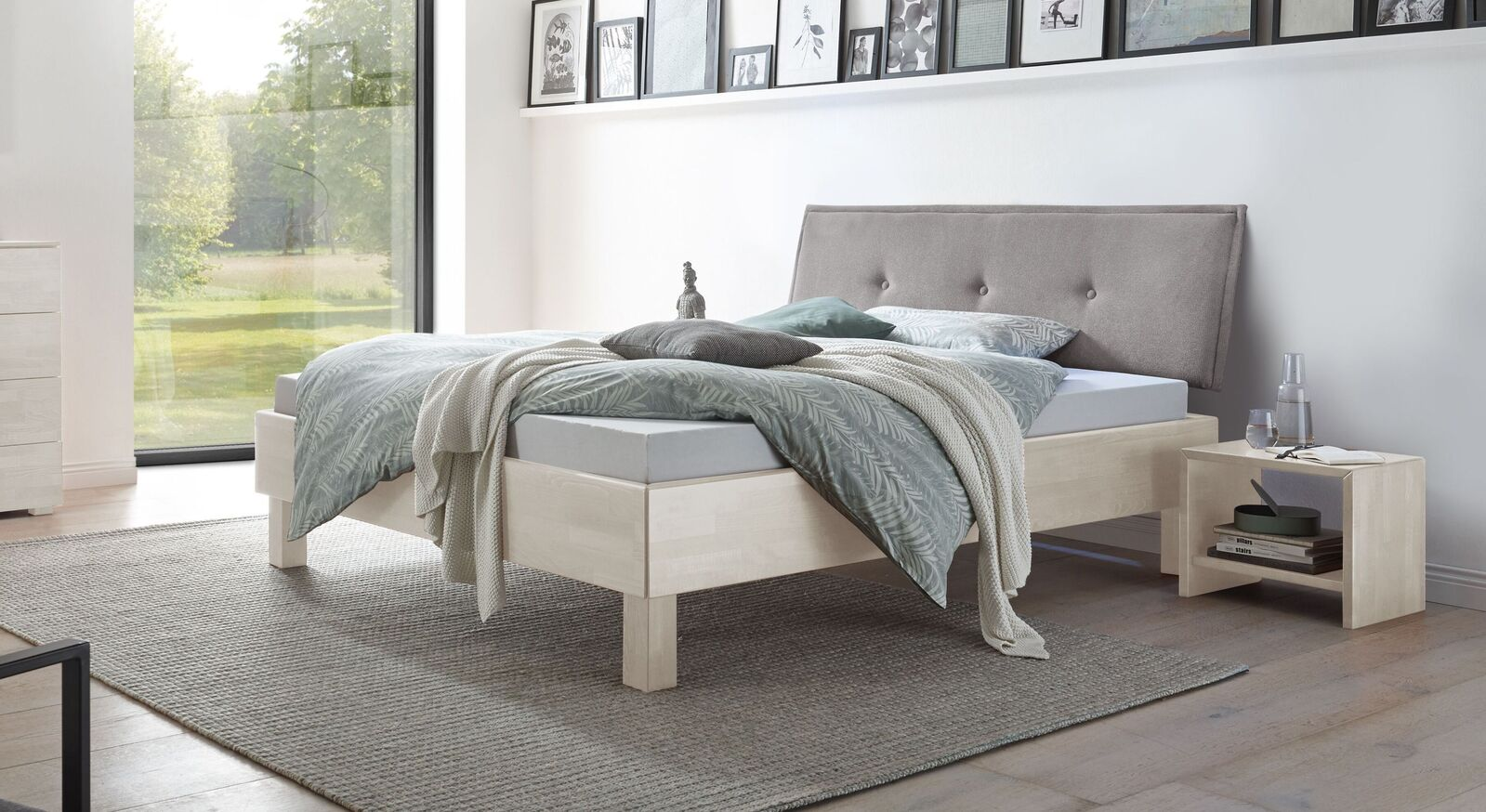 Bett Fenzlo aus weiß lackiertem Buchenholz