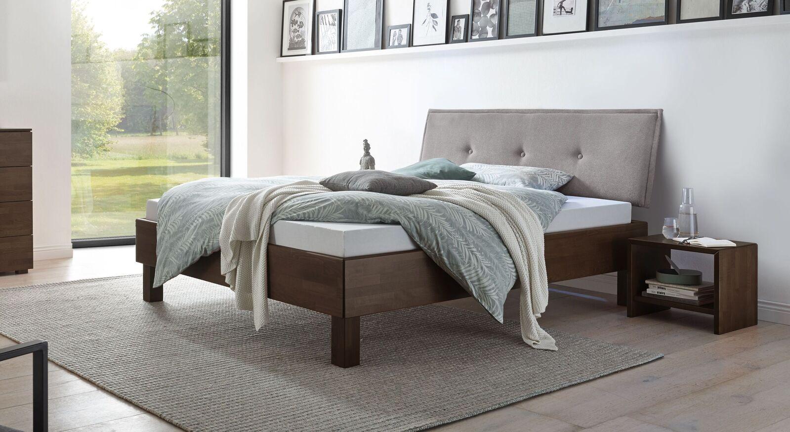 Bett Fenzlo aus wengefarbenem Buchenholz
