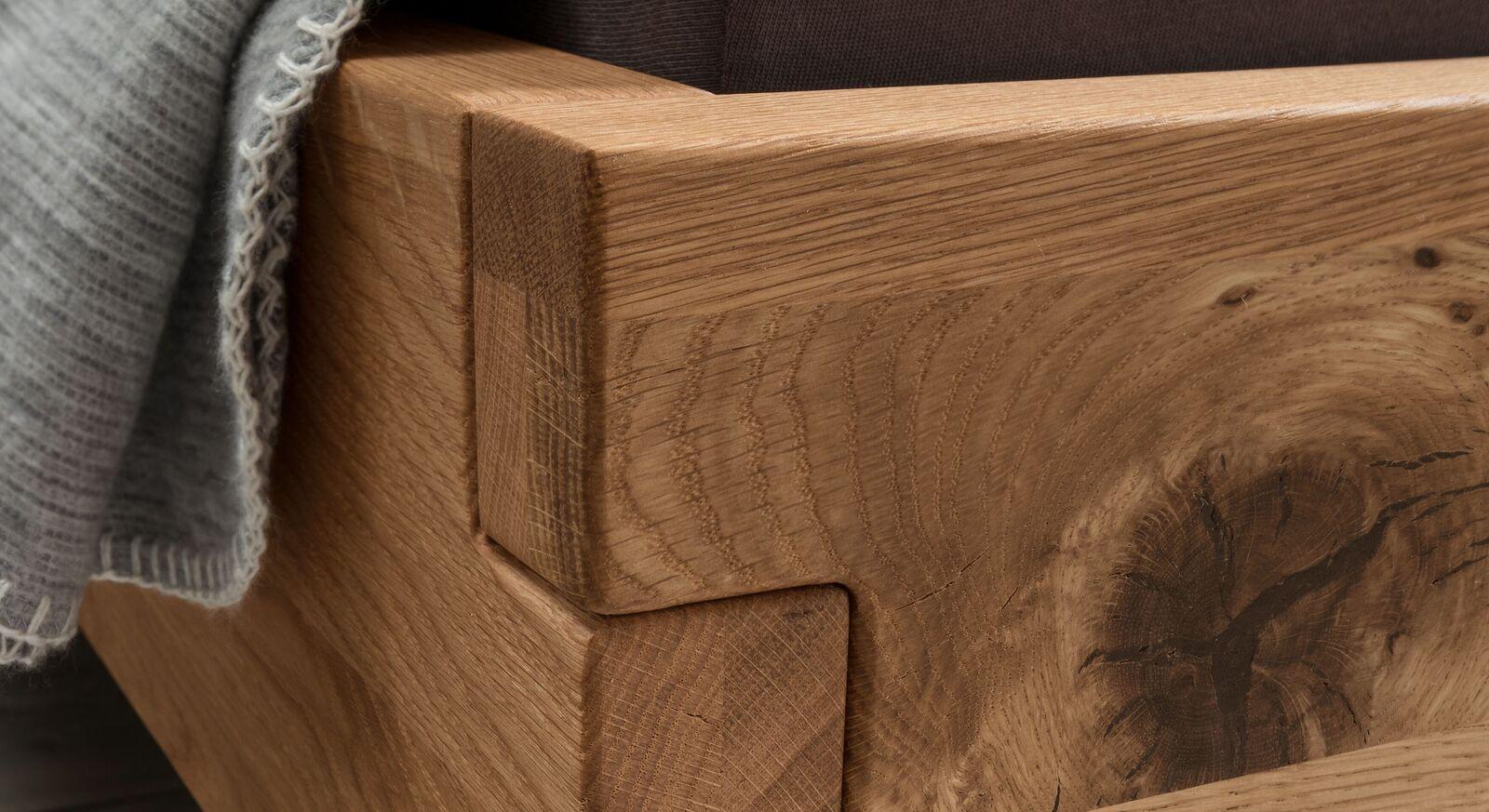 Bett Fillin mit lebendiger Holzmaserung
