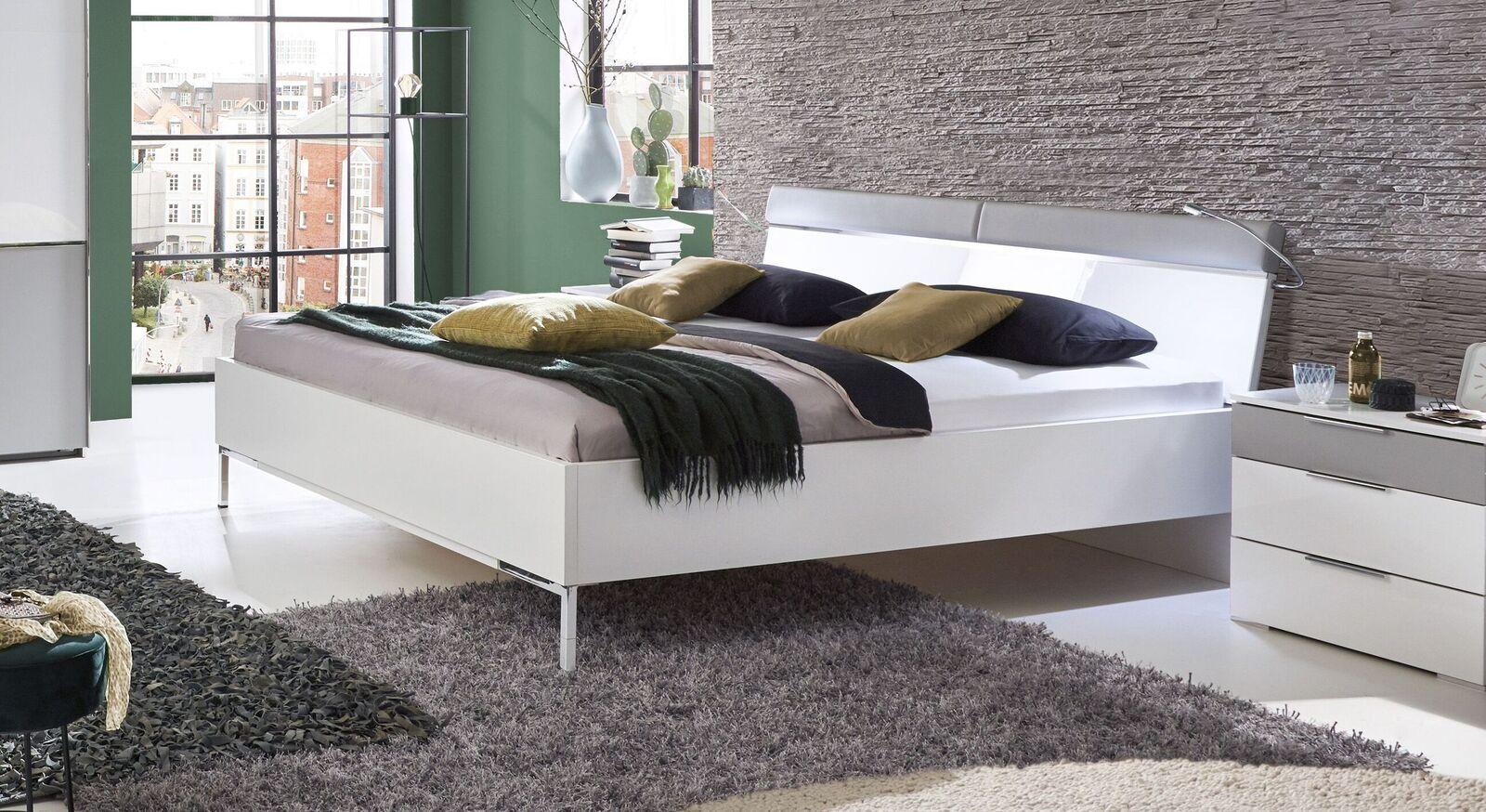 Weißes Bett Florice mit hellgrauem Kunstleder