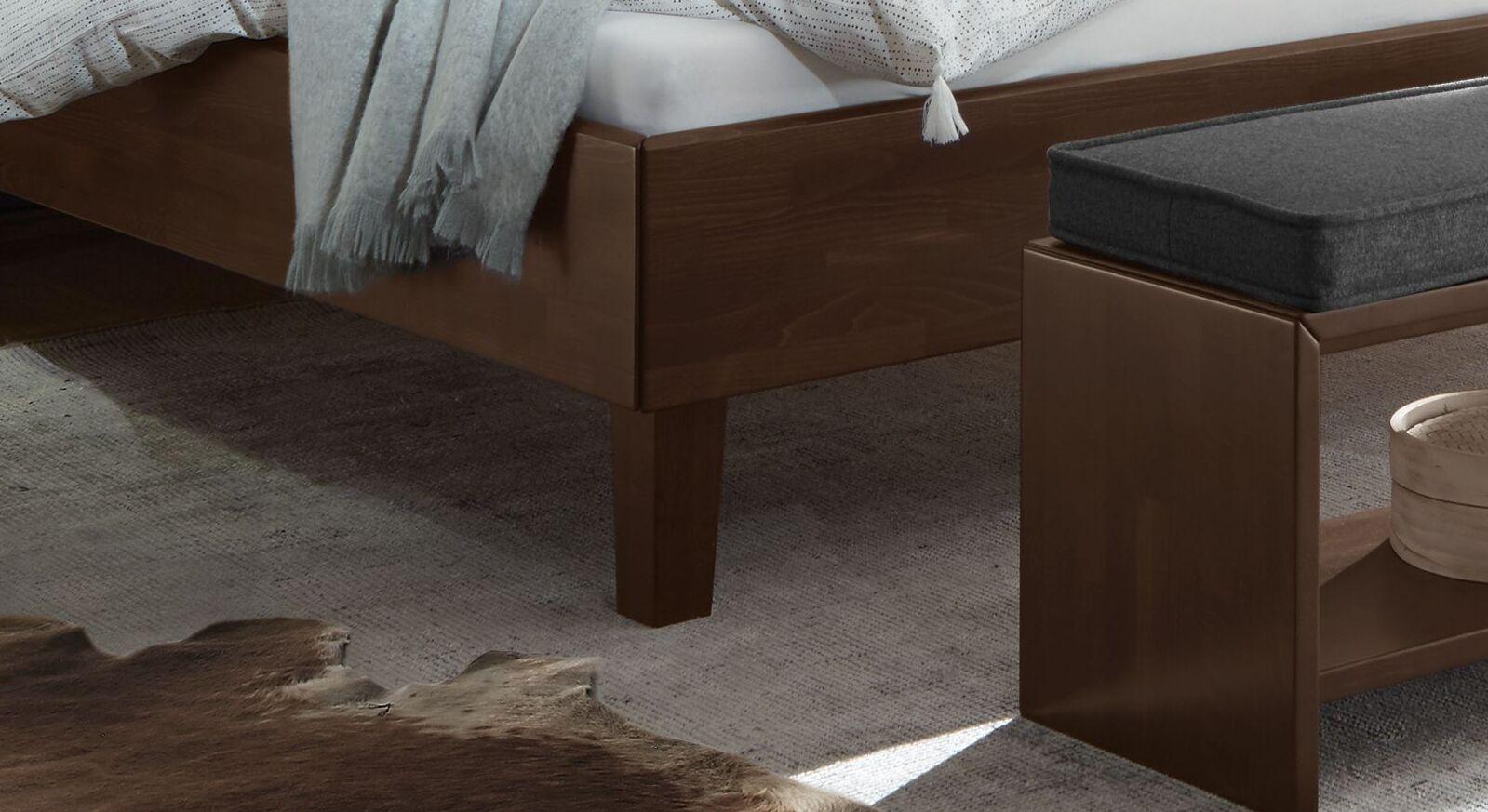 Klassisches Bett Fucino mit schlanken Holzbettbeinen