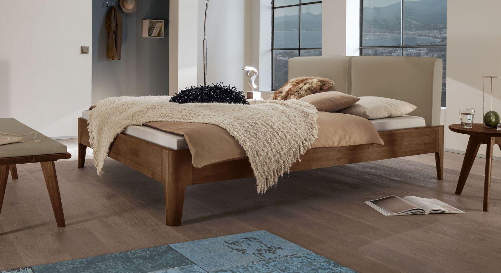 Bett Gori aus Nussbaum mit beigebraunem Kopfteil
